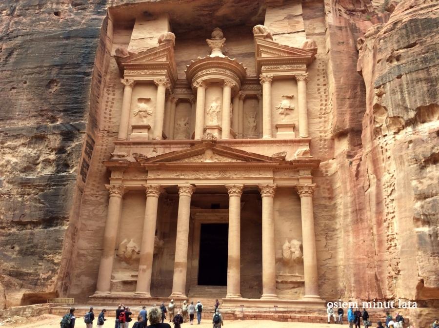 I oto jest: monumentalny grobowiec zwany przez Beduinów Skarbcem Faraona. Odkryty na początku XIX w. jest najsłynniejszą budowlą wykutego w skale miasta. To tutaj nakręcono  sceny z filmu